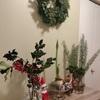 もみの木クリスマスリースと柊を飾る