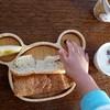 休日の朝にパンを食べる