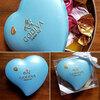 綺麗な色のハート形のパッケージに詰まったゴディバのチョコレート