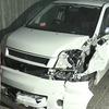 【速報】パトカーから逃走の車が住宅などに衝突!鈴木浩樹さん逮捕!車内に大麻の現行犯!