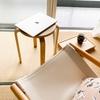 木製トレーをひっくり返し、畳の上の「超ローテーブル」として便利に使っています