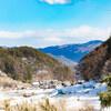 雪の残る山村で