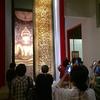 ワット・スタットの大扉&ナーガ上の仏陀坐像の光仏&缶バッチです。みなさん、生まれた日の曜日はご存知ですか〜(^o^)
