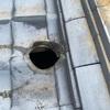 屋根から煙突を出すには技術が必要です。