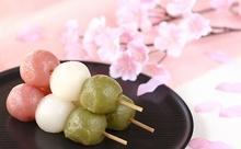 桜咲くお花見シーズン到来!「花より団子」を英語で説明すると?