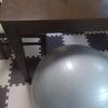 タニタ【ジムボール(バランスボール)】デスクワークでトレーニング。思ったより安定して、お尻も痛くない