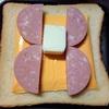 贅沢3層仕立ての濃厚クリーミーチーズとボロニアソーセージとスクランブルエッグ のホットサンド