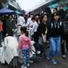 駅前にフリマの列や文化の日