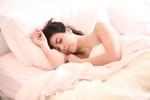 ペットと一緒に寝てはダメ!?夜中に目が覚めてしまう人の7つの特徴とは?