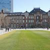 新年…東京駅丸の内駅前広場に立つ/       平和を願う「愛〔アガペー〕の像」も南口に復帰