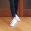 大人が履く白スニーカーは新しさをキープしてモノトーンコーデ
