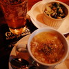 Barでスコッチブロスを食べながらウイスキーを飲む
