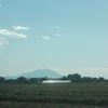 筑波山が青い空の下にいる。
