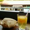 寸又峡温泉「晴耕雨読ヴィレッジ」のお洒落な足湯カフェでホットドッグ