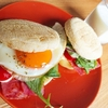 ベーコンエッグトマトを挟んだイングリッシュマフィンサンドの作り方【朝食ワンプレートレシピ】