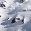 疾風迅雷の表層雪崩に追い掛けられるスノーボーダー!