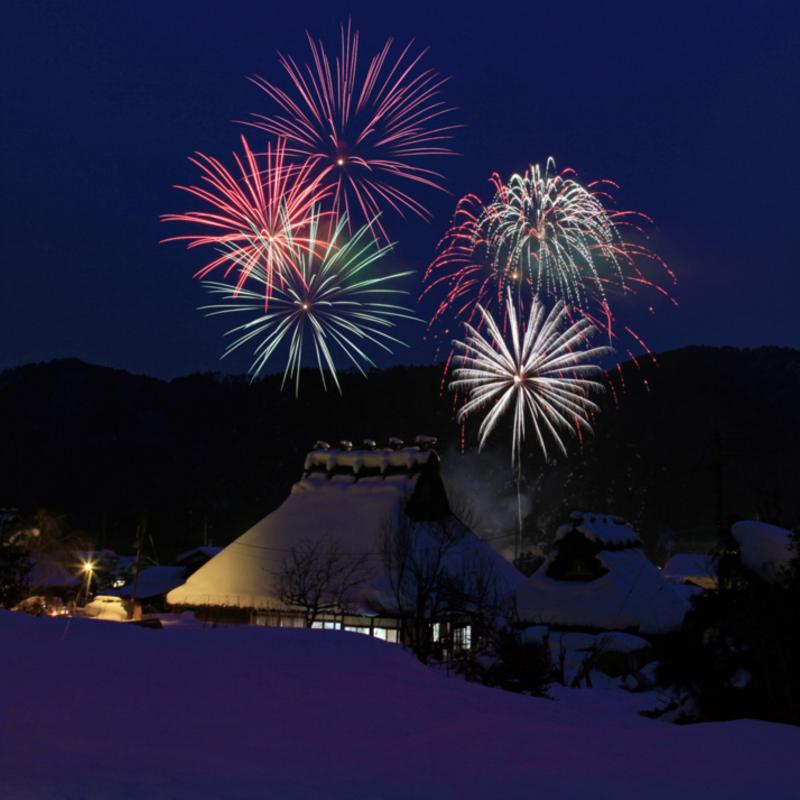 幽玄な雪あかりに包まれた夜の里山へ〜美山かやぶきの里 雪灯廊〜