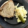 こなログ チーズとピクルスとパン