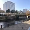 五反田ふれあい水辺広場で、目黒川を見ながら電車