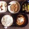 さばの味噌煮、小松菜とえのきの炒め煮、小粒納豆、バナナヨーグルト。