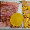 【昭和風の弁当】 魚肉ソーセージを使った炒り卵とベーコンの弁当