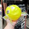 紙風船の黄色い金魚