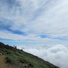 雲の上の道を行く。