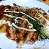 【今日の食卓】調子に乗って溶けるチーズを入れすぎたお好み焼き。山芋の量が多い時点でかなりフワトロだが、もう別の食べ物と呼んだ方が良い?それとも関西では普通? Okonomiyaki.. that I cooked. #食探三昧 #お好み焼き