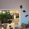 対面キッチンのインテリアを楽しく華やかに!花とグリーンと鳥のオブジェ