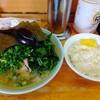 「四号家」でほうれん草青ネギ増しラーメンを食べてきた感想。豚骨出汁が効いたスープや見た目は六角家譲りです!最近食べてなかったタイプだからか、スゴく美味しかったな…