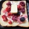 桜あんとクリームチーズとベリーミックスのホットサンド