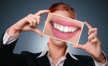 歯科医推奨。歯を白くする3つの意外な方法とは?【英語多読ニュース】