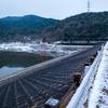 【写真】道中で見つけた雪景色の尾坂ダムを撮る(2019/02/11)