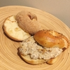 島根県奥出雲のブランド米仁多米を使ったむちむちベーグル!亀有の123ベーグルでポピーベーグルにリンゴマスカルポーネクリームチーズ&オニオンベーコンベーグルに粗びき黒こしょうポテトベーコン