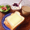 チーズトースト、レタスサラダ、バナナヨーグルト、アイスカフェオレ。