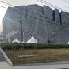 どこでもGO 角川武蔵野ミュージアム 大きな岩みたいな建物 本棚劇場では実はこれをやっていた 図書館、美術館、博物館の複合文化施設