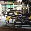 スバールバル諸島のアウトドアショップに、大量の銃が!!!