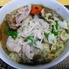 【今日の食卓】昨日の昼食はクィッティオ・ナーム・センミー(極細米粉麺の汁そば)。前日のラーメンと同じナムプラー+シーユーダムベース。やっぱり米粉麺の方が全然おいしい(個人的見解)。タイ人が禁断症状が出るのもわかる。 Kuitiao nam senmee with See Ew Dam based soup. #タイ料理 #フォー