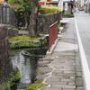 「鯉の泳ぐまち」の円筒分水池(長崎県島原)