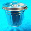 ダイソーのフタ付きブリキ缶。