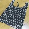 gym master(ジムマスター)『ハッピーペイントショッピングバッグ』ポップな柄が個性的なエコバッグを持ち歩く。
