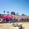 カラフルな壁の家が並ぶキャピトーラビーチ