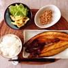 ほっけ焼き、マカロニサラダ、納豆。