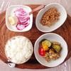 鶏モモ肉と野菜の香草グリル、小粒納豆、バナナヨーグルト。