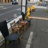 【カラーの1枚】年季の入った椅子。雨の日も風の日もここに有るんだろうな。