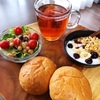 今日の朝食ワンプレート、ライ麦ロール、紅茶、ビーンズレタスサラダ、バナナブルーベリーグラノーラヨーグルト
