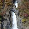 梅ヶ島七滝の一つ、水量豊富で強く流れ落ちる赤水の滝(静岡市葵区)