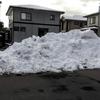 駐車場に雪の山