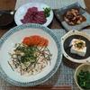 【料理】ズボラな私の晩御飯!鮭フレークの簡単お寿司・馬刺し・タコポキ・冷奴・モロヘイヤ