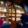 イタリア・フィレンツェ: ヴェッキオ橋からの景色と橋の上の宝石店